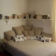 Comfy Minimalist Bedroom Decor Ideas Small Rooms - All About Decoration Small Apartment Bedrooms, Apartment Bedroom Decor, Small Room Bedroom, Couples Apartment, Bedroom Layouts For Small Rooms, Space Saving Bedroom, Bedroom Ideas, Diy Bedroom, Small Bedroom Designs