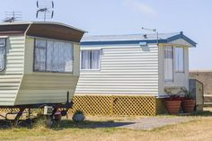 to Remodel Your Mobile Home to Look Like a House Mobile Home Addition, Mobile Home Redo, Cheap Mobile Homes, Mobile Home Porch, Mobile Home Exteriors, Mobile Home Floor Plans, Mobile Home Repair, Mobile Home Renovations, Mobile Home Makeovers