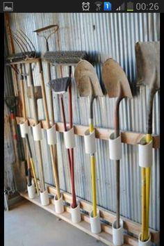 Pás, enxadas e ferramentas organizadas com cano de pvc