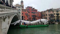 Mani giganti in Canal Grande, l'opera a Ca' Sagredo