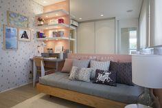 Esse esquema de cama encostada na parede + almofadas pode servir também para a sala