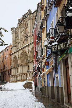 Casco antiguo de  Cuenca  nevado, Spain