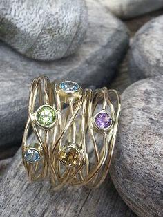 Idylliz, handgesmede sieraden. Gouden wikkelring. Van oude trouwring in opdracht gemaakt.