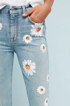 Painting flowers of old jeans will never be a win. It's such a relaxing past… Painting flowers of old jeans will never be a win. It's such a relaxing past time, and when you're done, you have a cute new article. Denim On Denim, Denim Look, Denim Pants, Painted Jeans, Painted Clothes, Diy Clothing, Custom Clothes, Diy Clothes Vintage, Vintage Pants
