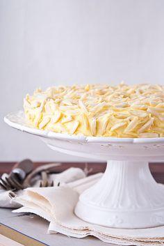 Миндальный торт - My recipe bookМиндальный торт  Корж  4 белка  120 г  сахарной пудры  250 г  миндаля  Крем  4  желтка  100 г  сахара  30 г  крахмала  200 мл  молока  ванильный экстракт  200 г  сливочного масла, комнатной температуры  миндаль для обсыпки