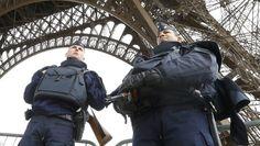 Erhöhte Alarmstufe: In Paris und in ganz Frankreich patrouillieren Polizisten an den neuralgischen Stellen wie hier am Eiffelturm