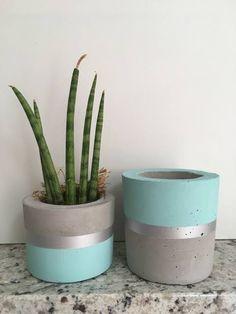 Diy Cement Planters, Cement Crafts, Concrete Planters, Pots D'argile, Planter Pots, House Plants Decor, Plant Decor, Pottery Painting Designs, Diy Home Crafts