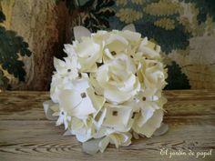 www.eljardindepapel.es Handcrafted bridal bouquet made of Washi paper flowers with antique bronze studs // Ramo de novia elaborado con dos tonos de papel japonés Washi de producción artesanal y tachuelas de bronce envejecido. Nuestros ramos de novia no se marchitan y son un recuerdo imperecedero.