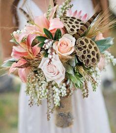 bouquet de mariée avec pot pourri, lys, roses, épis de blé et plumes