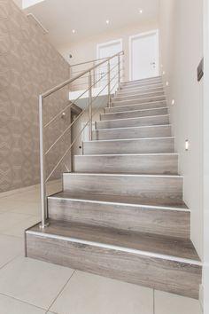 Deze trap is helemaal compleet met balustrade, verlichting en safety-profile. #NEWstairs #balustrade #Oak Smoked #traprenovatie