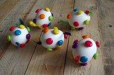 Barevná velikonoční vajíčka - Na bílá vyfouknutá vajíčka jsme jednoduše pomocí tavné pistole přilepili barevné velké barevné korálky. ( DIY, Hobby, Crafts, Homemade, Handmade, Creative, Ideas)