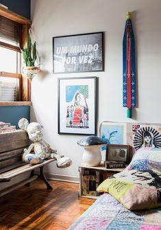 Quarto de casal tem parede galeria, colcha estampada e objetos garimpados. House Colors, Dream Bedroom, Boho Decor, Decor, Interior Design, Kids Bedroom, Interior, Home Decor, Room