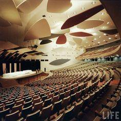Aula Magna de la Universidad Central de Venezuela con nubes diseñadas por Calder