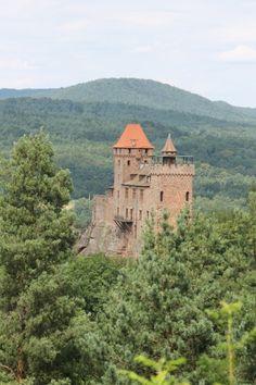 Vintage Aus einem Felsen gehauen steht die Ritterburg Berwartstein stolz inmitten des Pf lzer Waldes Sie ist