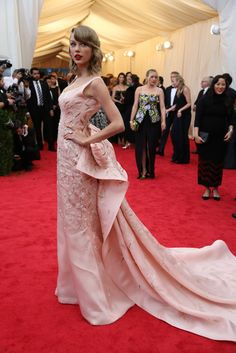 Taylor Swift in her go-to red lips and a stunning Oscar de la Renta gown at the #MetGala