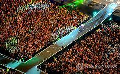 싸이에 몰린 인파 : 강남스타일과 말춤으로 전세계적인 인기를 끌고 있는 가수 싸이가 4일 밤 시청 앞 서울광장에서 열린 무료공연에서 열창하고 있다.