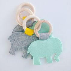 Bijtring (olifant) Sewing For Kids, Baby Sewing, Diy For Kids, Crafts For Kids, Baby Crafts, Felt Crafts, Sewing Crafts, Sewing Projects, Baby Accessoires