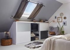 Des aménagements sous les combles dans votre chambre Skylight Window, Roof Window, Slanted Walls, Cosy Bedroom, Attic Rooms, House Entrance, Pool Houses, New Room, Interior Decorating
