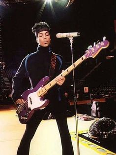 Prince rehearsing on stage. Photos Of Prince, Prince Images, The Artist Prince, Prince Purple Rain, Paisley Park, Roger Nelson, Prince Rogers Nelson, Star Wars, Purple Reign