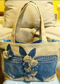 Cute with the jeans pockets! Cute with the jeans pockets!very interesting upcycled denim applique bag by alexandriaLoving this bagThis Pin was discovered by Nan Sacs Tote Bags, Blue Jean Purses, Diy Bags No Sew, Sewing Jeans, Sewing Diy, Denim Purse, Patchwork Bags, Crazy Patchwork, Patchwork Quilting