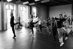 """De 21 a 24 de agosto, a Casa Hoffmann sedia a """"Mostra dos trabalhos elaborados por meio do Edital de Pesquisa em Dança 2013"""". São oitoapresentações de danças coreográficas (duaspor dia) com entrada franca. Espetáculosocorrem às 20h de 5ª feira a sábado e às 19h no domingo. Os dançarinos apresentam as coreografiasem diferentes etapas de...<br /><a class=""""more-link""""…"""