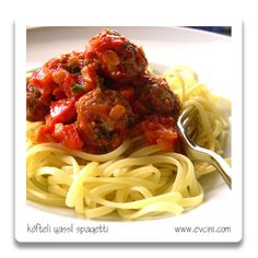 Domatesli, fesleğenli, köfteli spagetti