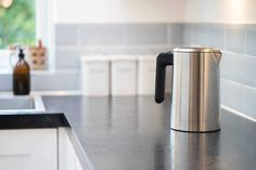 Do you want to remove limescale from your kettle? These simple tips will make it sparkling clean again. Clean Kettle, Remove Paint From Clothes, Remove Acrylic Paint, Varnish Remover, How Do You Clean, Electric Shock, Sparkling Clean, Calcium Carbonate