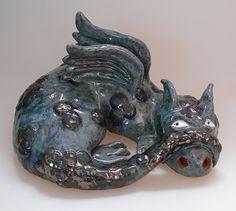 Großer Drache aus Keramik als Deko für Haus und Garten