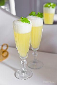 Fredagsdrinken – Sgroppino al Limone Sparkling Drinks, Vodka Drinks, Drinks Alcohol Recipes, Bar Drinks, Absolut Vodka, Wine Drinks, Cocktail Drinks, Yummy Drinks, Smirnoff