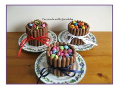 Chocolate cupcakes surrounded by buttercream and chocolate finger biscuits Fancy Cakes, Mini Cakes, Mini Cheescake, Smarties Cake, Chocolate Cupcakes, Creative Cakes, Food Art, Sprinkles, Good Food