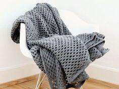 DIY tutorial: Crochet a Checkerboard Pattern Throw Blanket via en.DaWanda.com