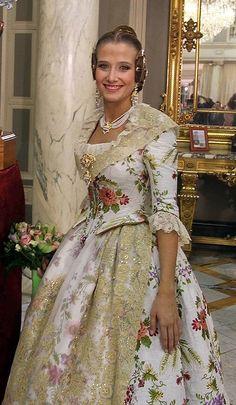 Begoña Jiménez, Fallera Mayor de Valencia en 2013 con un traje blanco del siglo XVIII. #fallas #fallera