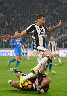 Mario Mandzukic (R) of Juventus FC clashes with Jose Manuel Reina of SSC Napoli during the Serie A match between Juventus FC and SSC Napoli at Juventus Stadium on October 29, 2016 in Turin, Italy.