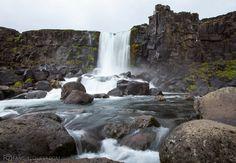 Thingvellirin MIELETÖN luonnonpuisto. Samoilua olisi riittänyt tunneiksi, ellei sade olisi ajanut matkaajia auton suojiin.