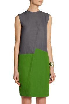 Grüner und grauer Piqué aus einer Ramiemischung Asymmetrische abgenähte Falte vorne Verdeckter Reißverschluss hinten 57 % Ramie, 41 % Rayon, 2 % andere Textilfasern Trockenreinigung