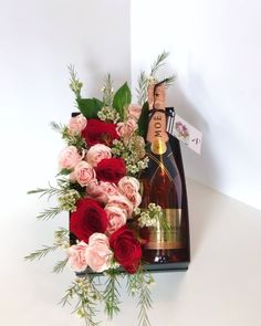 Rose Box with Moët Wine by Angie's Floral Designs, Diy Abschnitt, Wine Gift Boxes, Wine Gift Baskets, Wine Gifts, Basket Gift, Flower Box Gift, Flower Boxes, Flowers, Creative Gift Baskets, Creative Gifts