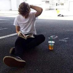 Le thug, il lit un bouquin avec un ice tea sur un parking!!! Bon ya rien de grandiose mais bon.... Plus