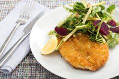 Σνίτσελ τηγανητού κοτόπουλου συνοδευόμενο από σαλάτα βραστών παντζαριών με σάλτσα ροκφόρ και τριμμένα καρύδια.