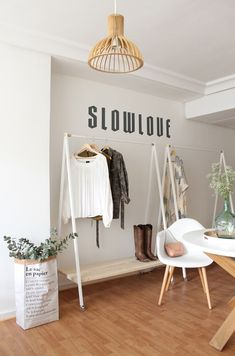 Coat Rack inspo for events Clothing Boutique Interior, Clothing Store Design, Boutique Interior Design, Boutique Decor, Deco Studio, Fashion Showroom, Store Interiors, Retail Design, Bedroom Decor