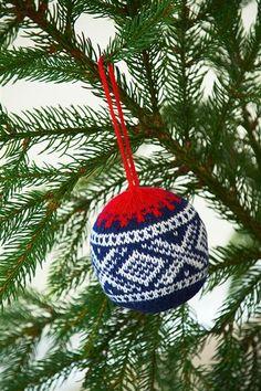 Ravelry: Nr 22 Marius juletrekule pattern by Sandnes Design Christmas Stocking Pattern, Christmas Knitting, Christmas Stockings, Christmas Sweaters, Christmas Activities, Christmas Crafts, Christmas Decorations, Christmas Ornaments, Holiday Decor