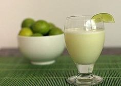 brazillian hard (or not) limeade (made in a blender with sweetened condensed milk! no squeezing. Smoothies, Smoothie Drinks, Girl Cooking, Cooking Time, Bar Drinks, Beverages, Brazilian Drink, Bebidas Detox, Cocktail Shots