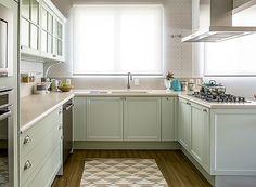 Acredite: são armários planejados! Cozinha retrô, cozinha branca, piso vinílico
