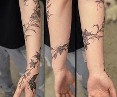 Hand Tattoos, Flower Vine Tattoos, Tattoos For Women Flowers, Neue Tattoos, Wrist Tattoos For Women, Best Sleeve Tattoos, Body Art Tattoos, Flower Vines, Wrap Around Wrist Tattoos