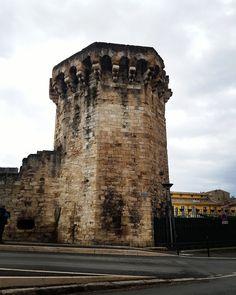 Aix en Provence La Tourreluque #patrimoine construit au XIV siècle, tour d'angle vestige des remparts. Elle servait de poudrières #aixenprovence #histoire #culture #rempart #tour #moyenage #medieval #pierre