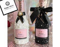 Bottle Glasses Diy, Liquor Bottle Crafts, Diy Bottle, Glitter Champagne Bottles, Bling Bottles, Non Alcoholic Champagne, Bedazzled Bottle, Spray Painted Bottles, Decorated Liquor Bottles