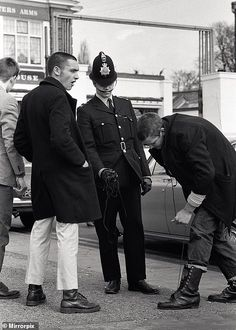 Boots were one of the most important parts of the skinhead uniform before being classified as weapons (as a police officer is pictured asking for them to be handed over) and the Doc Martens style moved in Skinhead Boots, Skinhead Fashion, Skinhead Men, Skinhead Style, Doc Martens Style, Mod Girl, Hippie Culture, Uk History, New Romantics