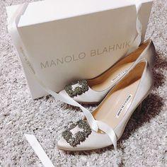 👠MANOLO BRAHNIK ♪ ウェディングシューズ即決購入♡ ・ ウェディング後も使える靴を…と思い、一足は持っておきたい憧れの靴👠にしました。グレーとベージュとシルバーが絶妙に混ざったエレガントな靴🙈 ・ #ウェディング#wedding#ウェディングシューズ #weddingshoes #2018花嫁#2018夏婚#テラスバイザシー #terracebythesea #hawaii #hawaiiwedding #マノロブラニク #manoloblahnik #銀座#銀座シックス #銀座six G#ginzasix #ginza #プレ花嫁 #プレ花嫁準備 #プレ花嫁さんと繋がりたいhashiiiii_daily