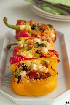 Ingrediënten: - 1 grote rode en 1 grote gele paprika - 85 g couscous - 25 g pijnboompitten, geroosterd - een handvol zwarte olijven, zond...
