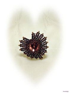 Anello realizzato in tessitura ad ago di perline e delica in due tonalità di viola, cabochon Swarovski 14mm Antique Pink, base regolabile in