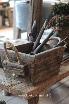 Wood box with rope handles and wood stand. Old Tool Boxes, Wooden Tool Boxes, Wood Boxes, Wood Crates, Wood Pallets, Barn Wood, Rustic Wood, Rustic Chic, Decoration Palette